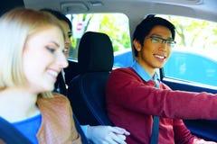 Amis dans la voiture prête pour des vacances Photos libres de droits
