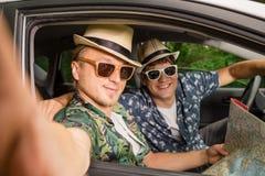 Amis dans la voiture se préparant au voyage de vacances de route et prenant l'autoportrait à l'aide du téléphone portable Photographie stock libre de droits
