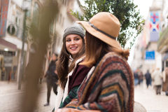 Amis dans le banc de ville Photo libre de droits