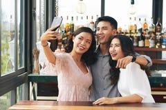 Amis dans le bar Image libre de droits