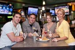 Amis dans le bar Image stock