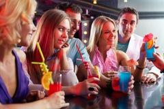 Amis dans le bar Photographie stock libre de droits