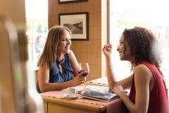 Amis dans le bar Photos libres de droits
