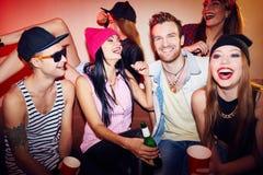 Amis dans le bar Images stock