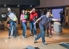 Amis dans le bowling Photos stock