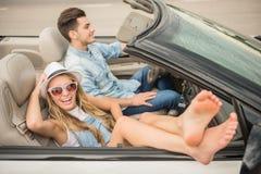 Amis dans le cabriolet Photos stock