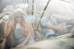 Amis dans le cabriolet Photos libres de droits