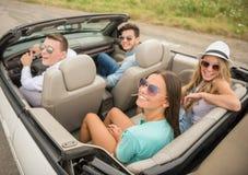 Amis dans le cabriolet Image stock