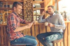 Amis dans le café Images stock