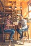 Amis dans le café Photo stock