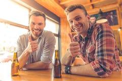 Amis dans le café Photos libres de droits
