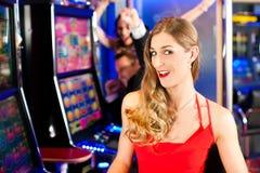 Amis dans le casino Photos stock