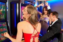 Amis dans le casino Photographie stock libre de droits