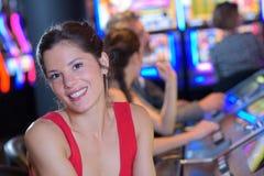 Amis dans le casino sur la machine à sous Photos libres de droits