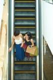 Amis dans le centre commercial Images stock