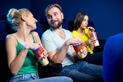 amis dans le cinéma Photos libres de droits