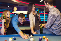 Amis dans le club de billard Photos stock