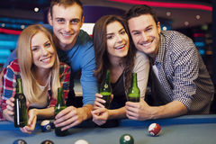 Amis dans le club de billard Photo libre de droits