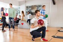 Amis dans le club de bowling Photographie stock