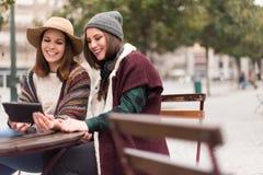 Amis dans le comprimé sur la rue Photo stock