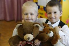 Amis dans le jardin d'enfants Image libre de droits
