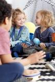 Amis dans le jardin d'enfants Photos libres de droits
