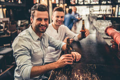 Amis dans le pub Photo libre de droits
