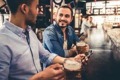 Amis dans le pub Image libre de droits