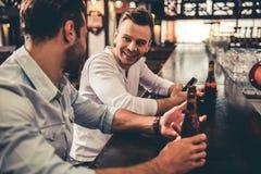 Amis dans le pub Photos stock