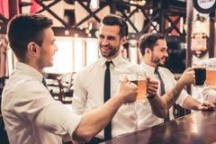 Amis dans le pub Photo stock