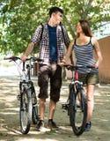 Amis dans le recyclage de vêtements sport Photographie stock libre de droits