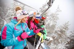 Amis dans le remonte-pente sur la montagne Photo libre de droits