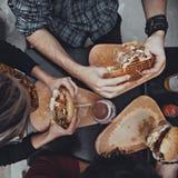 Amis dans le restaurant d'aliments de préparation rapide Photographie stock