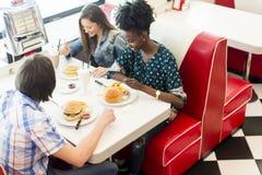 Amis dans le wagon-restaurant Images stock