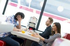 Amis dans le wagon-restaurant Photographie stock libre de droits