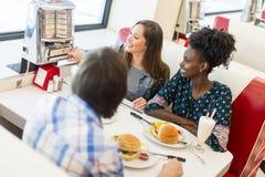 Amis dans le wagon-restaurant Image libre de droits