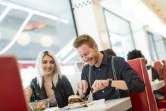 Amis dans le wagon-restaurant Photos libres de droits