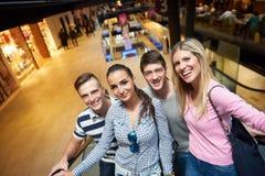Amis dans les achats Photo stock