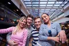Amis dans les achats Image libre de droits