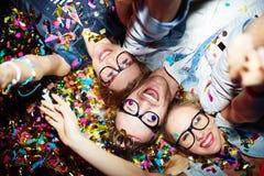 Amis dans les confettis Photos libres de droits