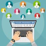 Amis dans les réseaux sociaux concept de construction plat Les mains masculines introduisent un message dans les réseaux sociaux Photographie stock libre de droits
