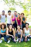 Amis dans les vêtements de sport au parc Images stock
