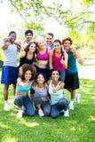 Amis dans les vêtements de sport montrant des pouces  Images libres de droits
