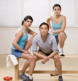 Amis dans les vêtements de sport se reposant sur le banc Photographie stock