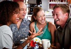 Amis dans un café Images libres de droits