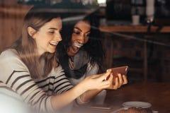Amis dans un café prenant un selfie Images stock