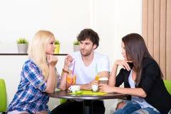 Amis dans un café-restaurant Image libre de droits