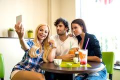 Amis dans un café-restaurant Images stock