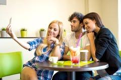 Amis dans un café-restaurant Photos libres de droits