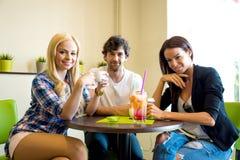 Amis dans un café-restaurant Image stock